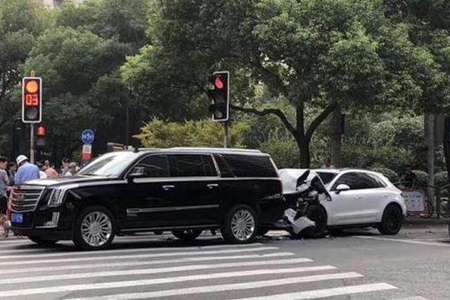 保时捷追尾凯迪拉克 肇事司机为何下车就逃躺地拒检?