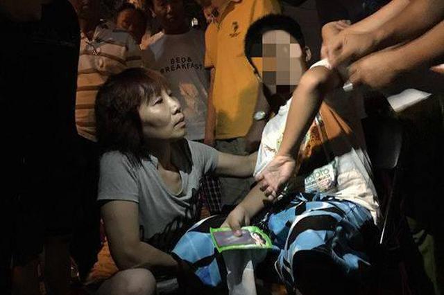 9岁男孩被汽车撞倒 起身后第一件事是跑去学校拿作业