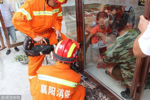 4岁男孩手指被卡玻璃门 消防官兵1分钟成功救出