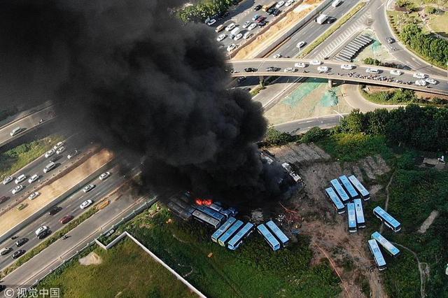 南京一空地上报废公交车起火 未造成人员伤亡