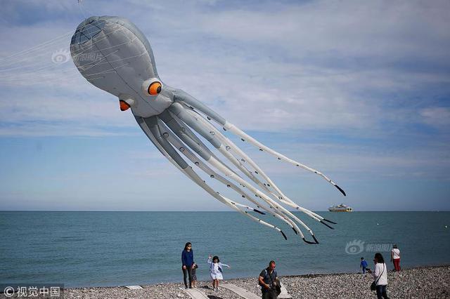 国际风筝节开幕 巨型章鱼风筝超吸睛