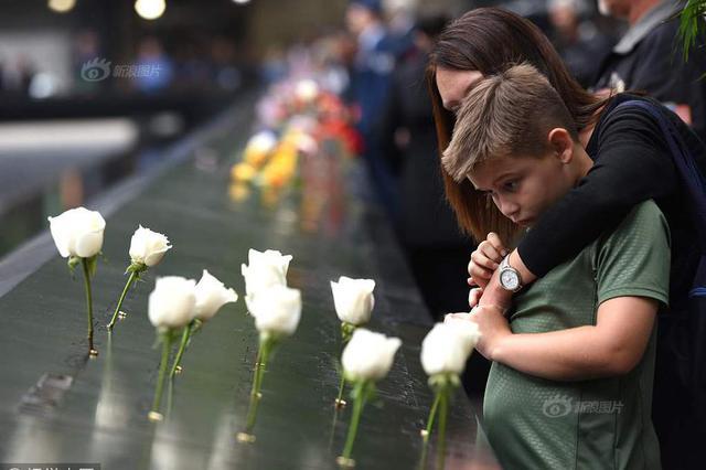 美国9.11纪念馆举行恐袭17周年纪念活动 民众献花致哀