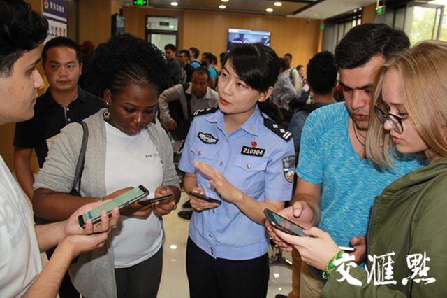南京警方多措并举应对留学生办证高峰 足不出户可在线申报