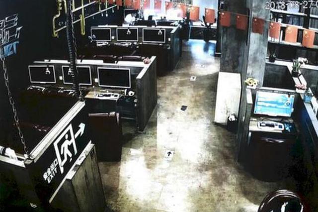 网吧内丢手机 被盗者请君入瓮巧捉窃贼