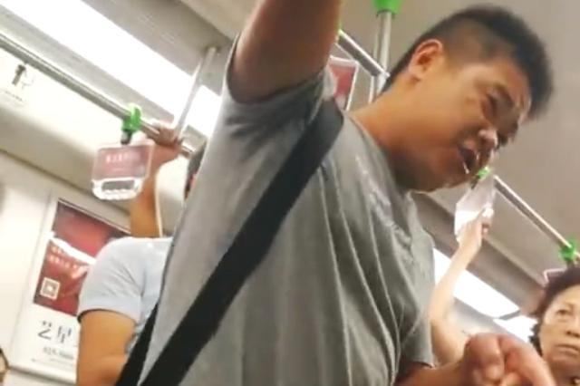 男子地铁上脚踹未让座年轻小伙 被乘客劝说后道歉