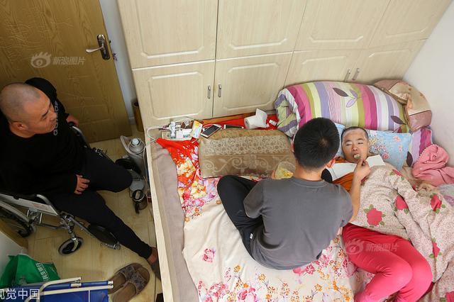20岁大学生休学照顾重病双亲 每天只睡4小时