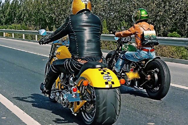 """民警骑摩托被""""摩托大盗""""撞飞 爬起来继续追"""