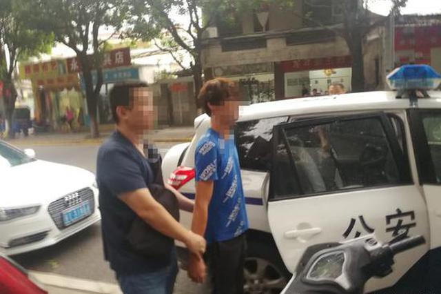 骑车男接连伸脚逼停轿车和公交:被拘留10日