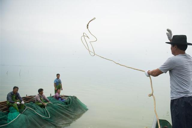 镇江渔政海事联合监管整治河蟹捕捞渔船碍航