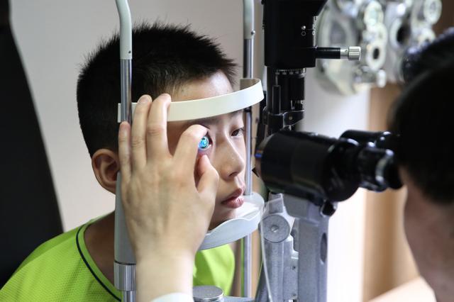大部分家长坦言开学后孩子视力下降 男孩尤其严重