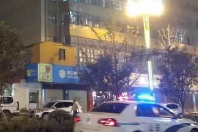 """6岁娃15楼窗外喊""""救命"""" 民警狂奔330级台阶救人"""