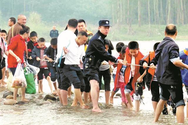 上游发电站不发通知发电泄洪 800余师生被困小岛