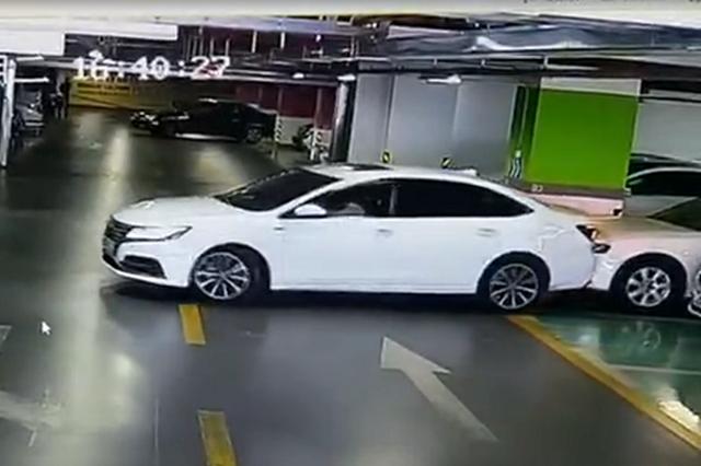 女司机驶离车库连撞4辆车 事后报警处理