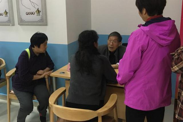 83岁海军医疗专家为燕子矶街道老人做健康监测