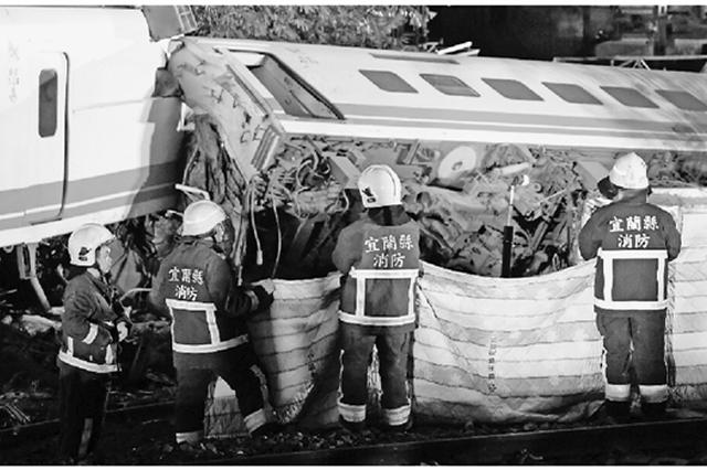 这是10月21日拍摄的列车出轨翻覆事故救援现场