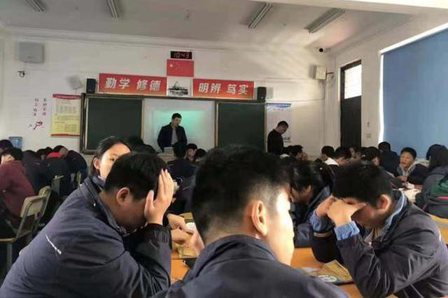 """""""排排坐""""变""""团团坐"""" 江苏一中学改革20天叫停"""