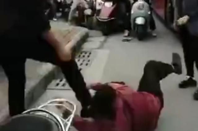 因变道问题斗殴 一私家车主与公交司机被拘
