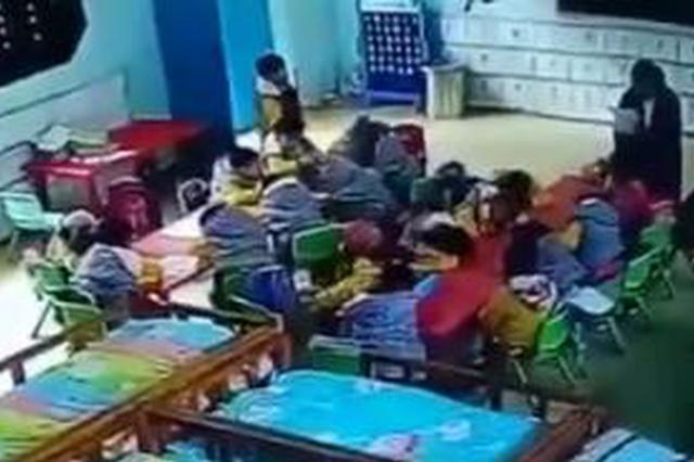 """一幼儿园教师被指教唆""""班长""""打同学 警方介入调查"""