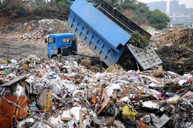 """两万余吨垃圾直接倒入长江 """"长江口垃圾倾倒案""""10人受审"""