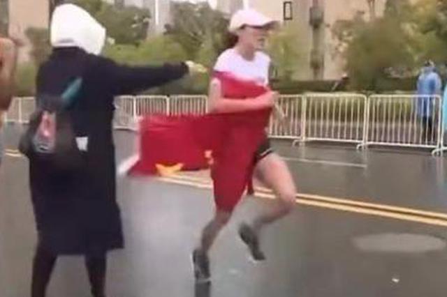 """运营方回应""""马拉松递国旗"""":正常环节,未影响成绩"""
