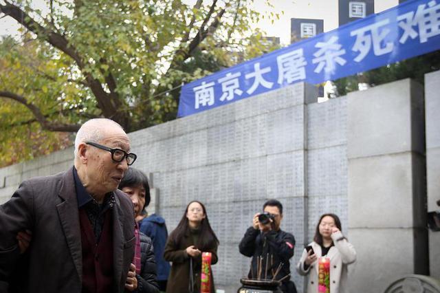 南京大屠杀死难者遗属举行家庭祭告