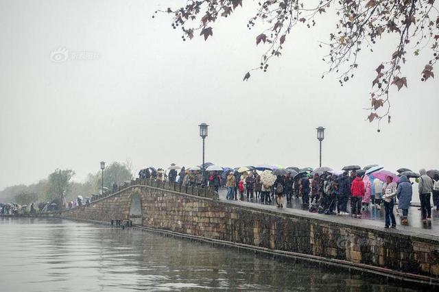 """杭州降雪 西湖断桥又现""""人山人海"""""""