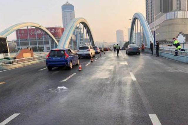 江苏常州除尘洒水致路面结冰 引发数起交通事故