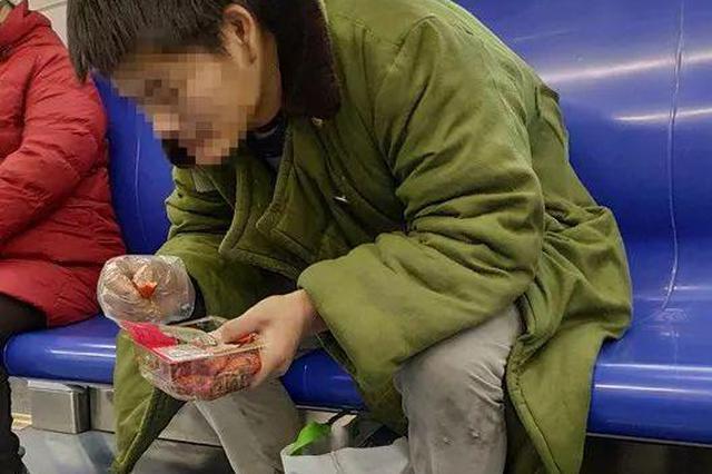 男子在地铁车厢吃小龙虾被曝光 地铁方称无强制执法权