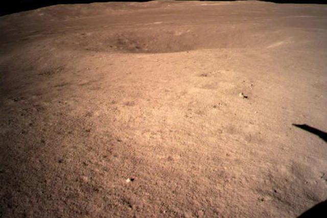 世界首张!嫦娥四号传回近距拍摄的月背影像图