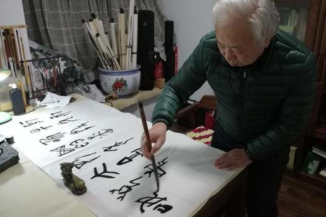 """奇人!学习""""天书""""20多年 将诗词""""翻译""""成甲骨文"""