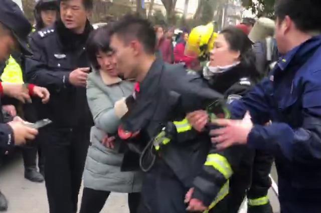 消防员将面罩让给被困居民 救出人后晕倒