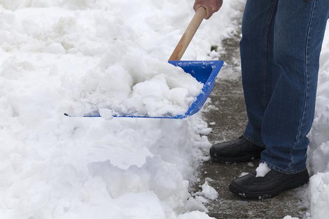 贪了一千多万 他为啥在加拿大只能扫雪吃面条