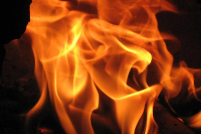警方通报男子坠楼身亡家中现五具尸体 目击者:现场着火