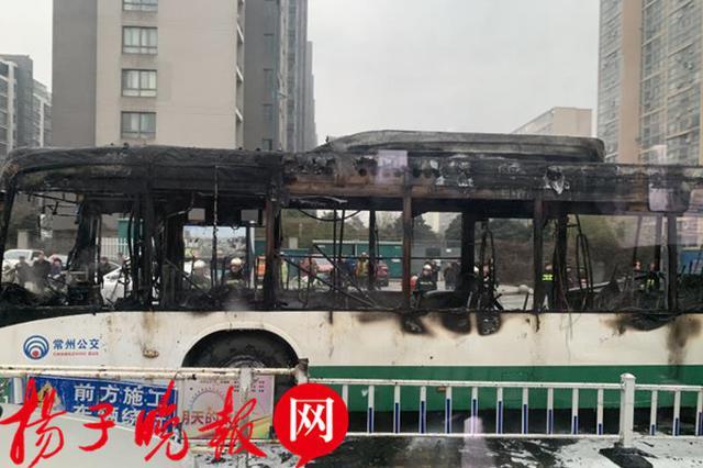常州一公交车行驶途中突发自燃 事发时载有十多名乘客