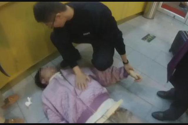 复兴号高铁乘警联手同事 下班途中救回发病男子一命