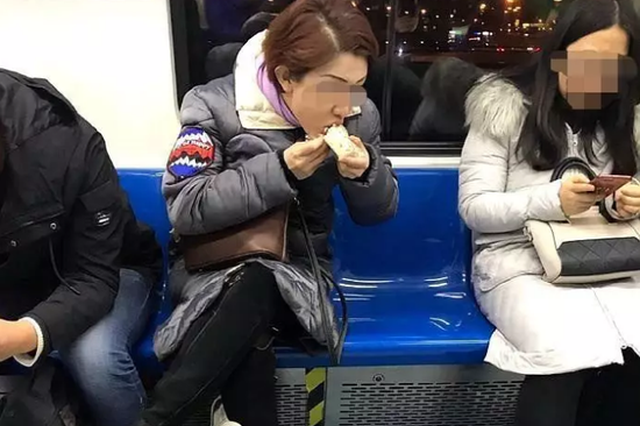 """""""上海凤爪女""""转战北京地铁,人类无法阻挡凤爪女了?"""