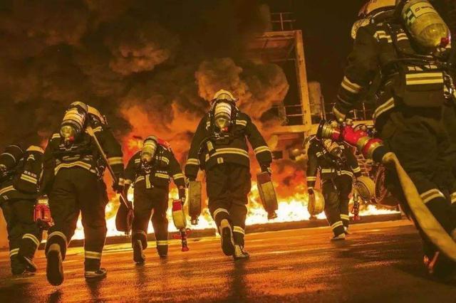 """""""最美消防员""""9个?#33322;?#27809;回家 随时待命准备出警"""