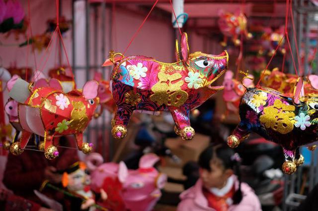 南京传统手扎花灯扎堆上市 猪灯受青睐