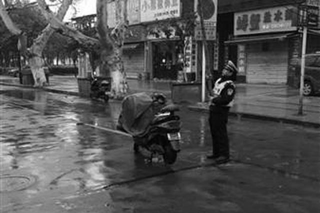 """闹市光缆脱落,辅警雨中当""""人肉""""线杆"""