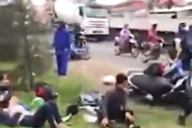 玻利维亚一卡车超车时撞上长途客车 致24死15伤