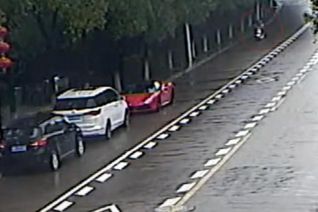 女大学生骑电动车看手机撞上路边违停法拉利 车损预计20万