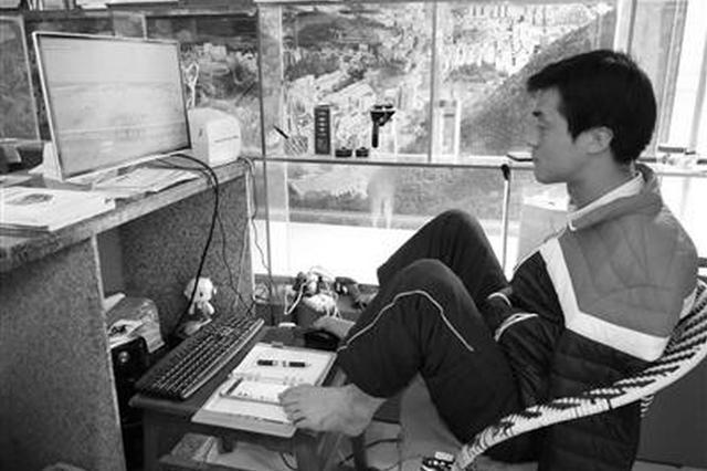 无臂小伙开网店年销三四百万 用双脚摘橙子、敲键盘……