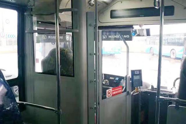 减少乘客干扰司机 上海试点公交车驾驶室设钢化玻璃门