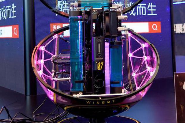 南京小伙将电脑改装成炫酷艺术品 阿斯顿马丁也请他设计