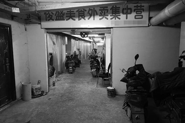 不足20米长的地下通道内藏着十多家外卖小店