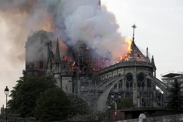 """巴黎圣母院火灾调查 延时摄影或提供""""关键线索"""""""