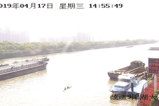 常州京杭运河再现惊险一幕 两市民划皮划艇进大运河