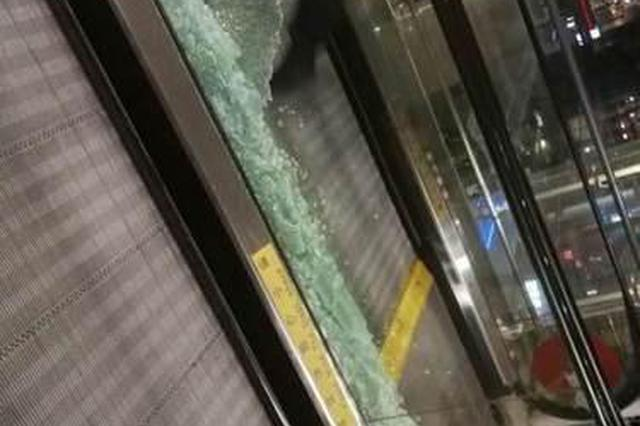 十多位明星同天出入 虹桥机场玻璃被追星粉丝挤碎