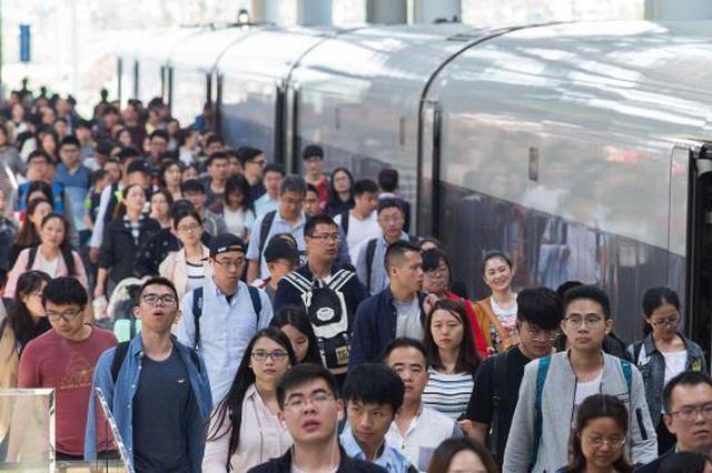 一男子从南京南站平台坠落,砸中90后女子