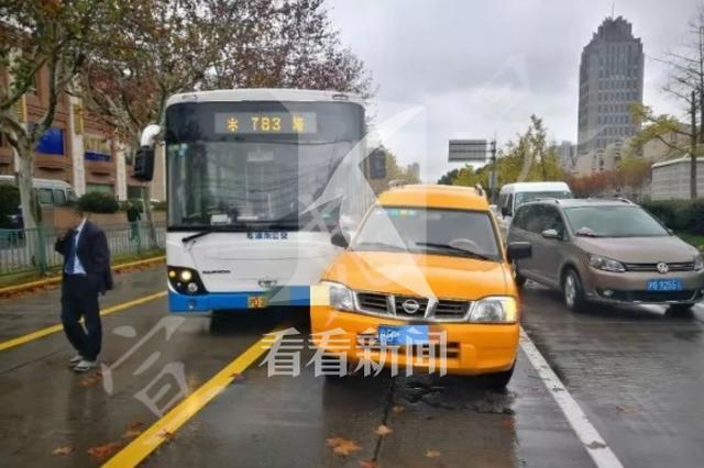 女乘客拉拽公交车方向盘触刑律 落户资格被取消